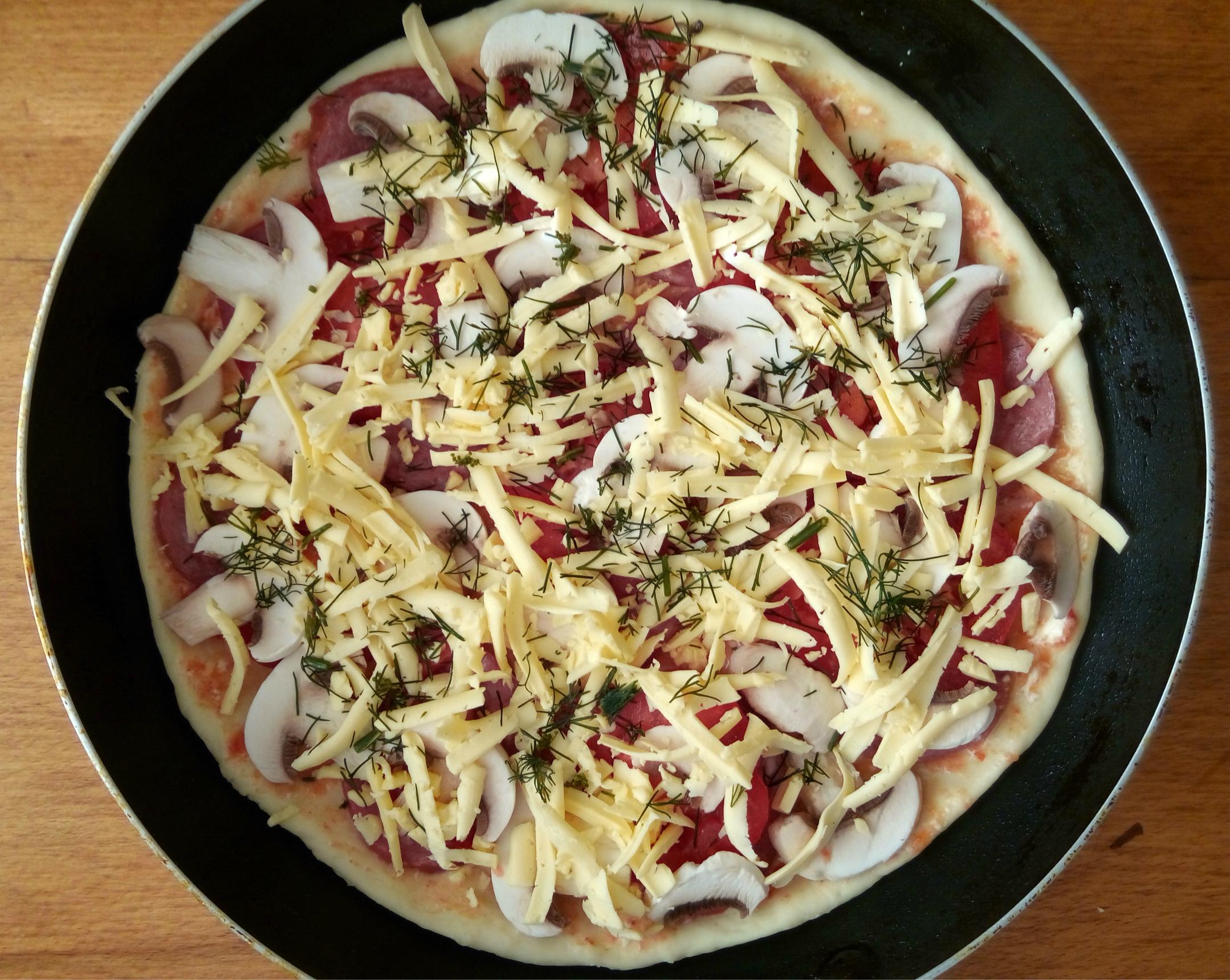 Пицца на сковороде: Розскладываем овощи